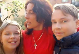 Camelia Smicala alături de fiica e Maria și băiatul - Mihai. Foto: Facebook