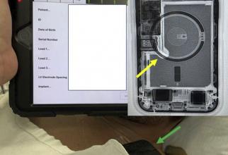 Programator de dispozitive care arată suspendarea terapiilor implantabile cu cardioverter-defibrilator (bara portocalie indicată cu săgeata roșie) cu iPhone 12 așezat pe pieptul pacientului (săgeata verde) și fluoroscopia iPhone 12 care prezintă matricea