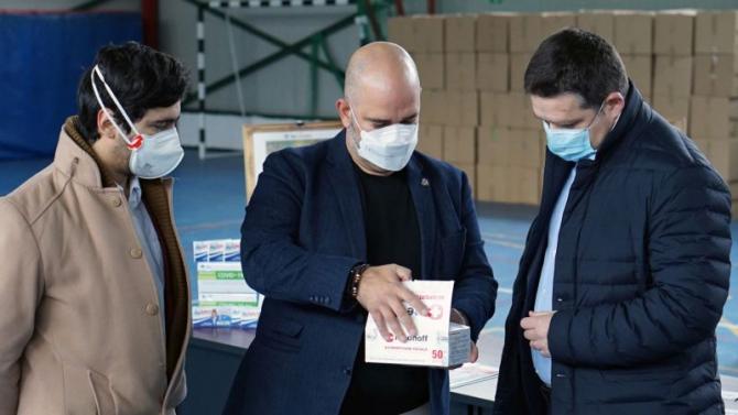 Reprezentantul Protejat.ro, Marius Marinoff (centru) și primarul  Sectorului 6, Ciprian Ciucu (dreapta)