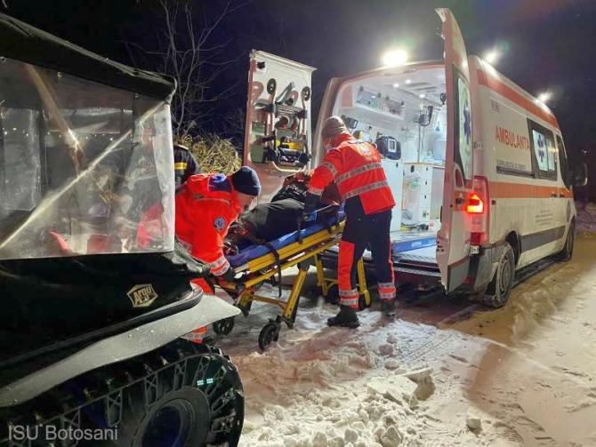 Pacientră transportată cu șenilata până la ambulanță. Foto: ISU Botoșani