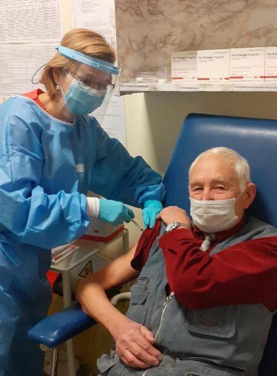 Veteranul Sabin Husariu din Cluj s-a vaccinat împotriva COVID  FOTO: RO Vaccinare/Spitalul Militar Cluj