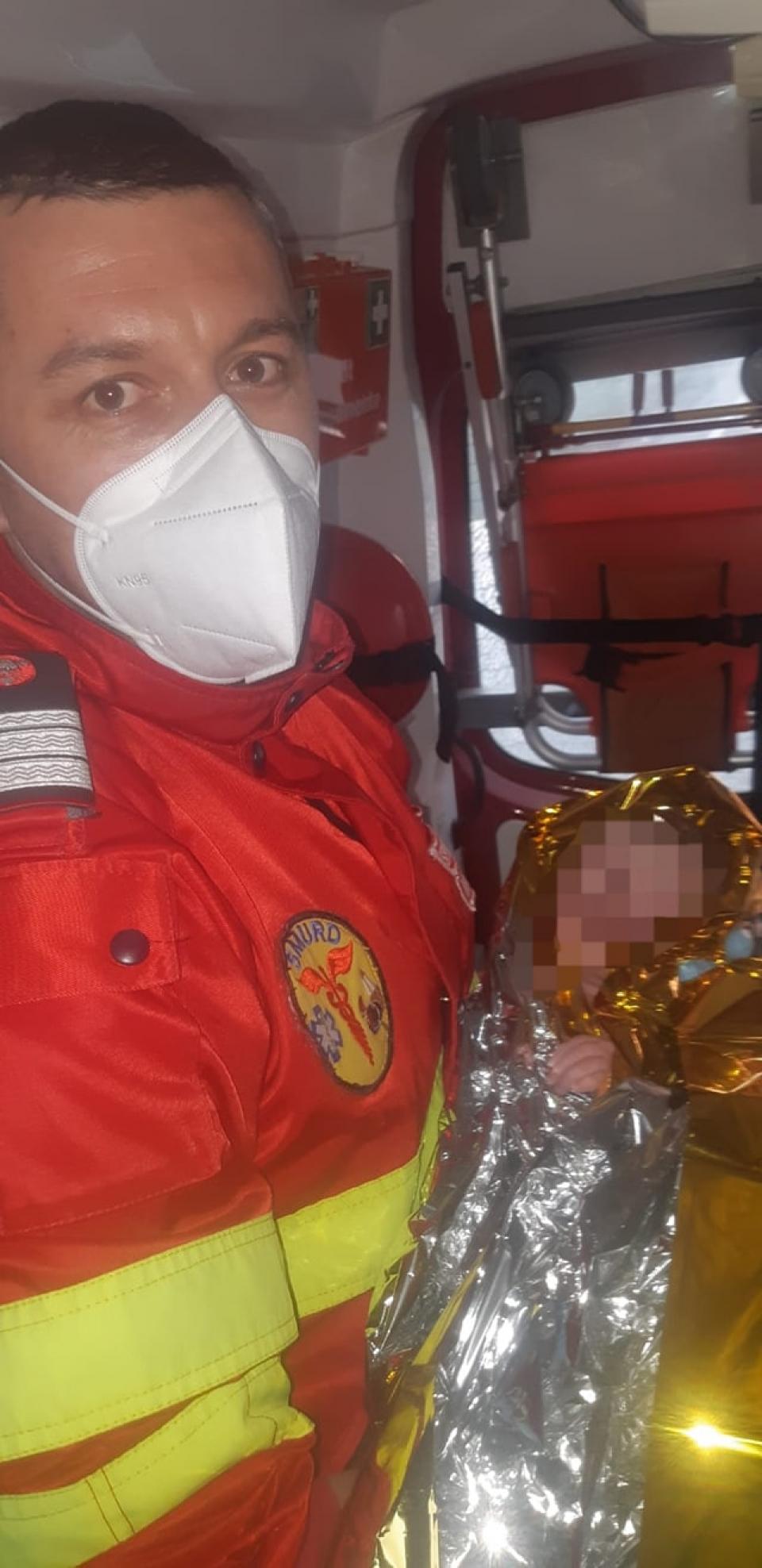 Trei paramedici au adus pe lume o fetiță   FOTO: Facebook ISU Arad