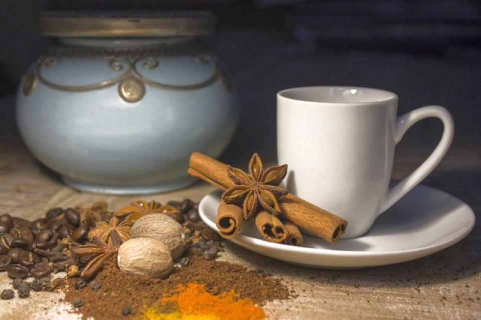Cafeaua făcută cu scorțișoară și alte ingrediente poate fi un energizant natural perfect. Foto: Pixabay