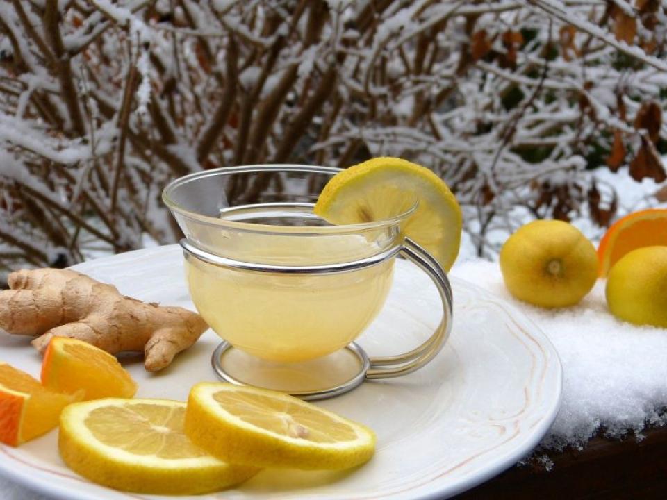 Suc antiinflamator cu lămâie, ghimbie și alte ingrediente esențiale. Foto: Pixabay