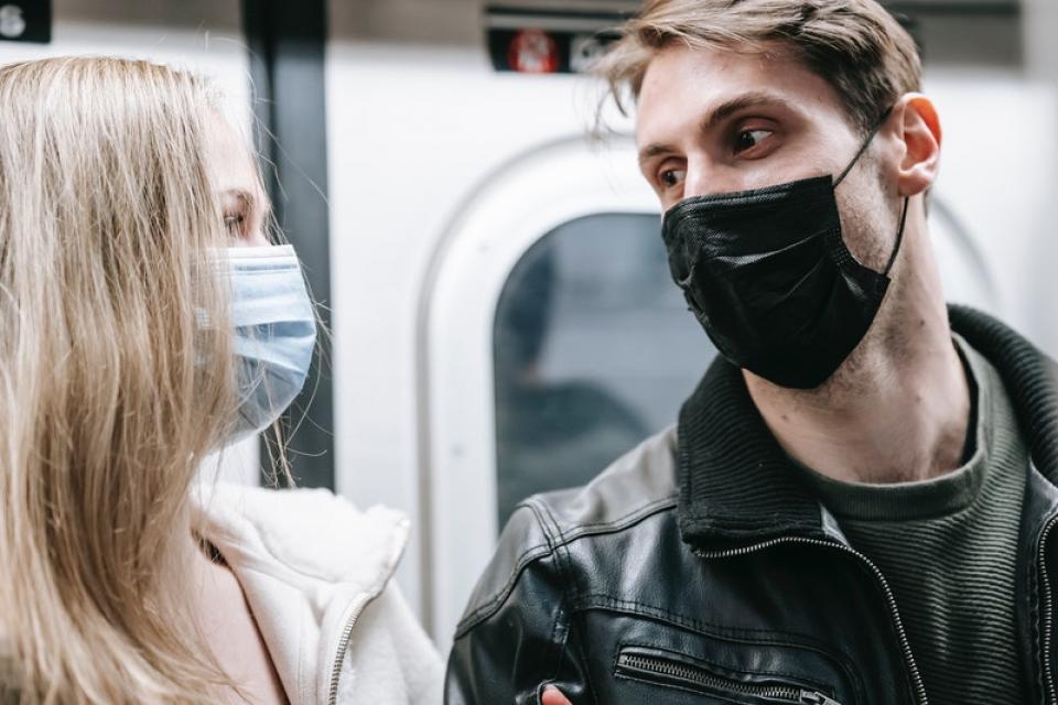 masca ne ferește de COVID dar și de gripă. Foto: Pexels
