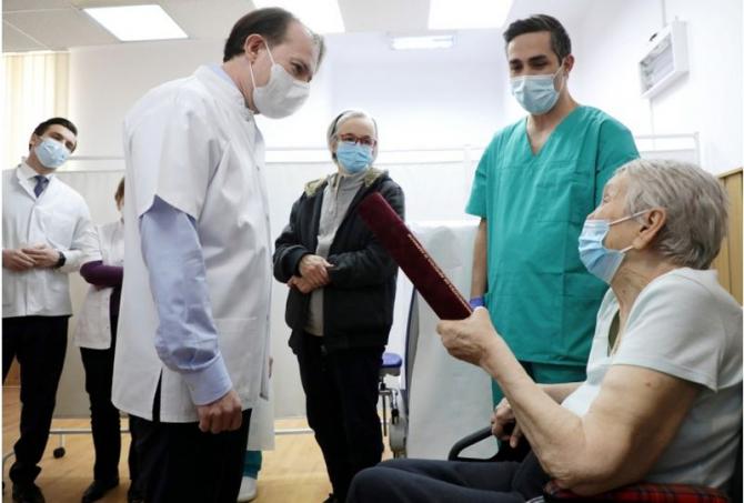 Premierul Florin Cîțu, dr Valeriu Gheorghiță și românca vaccinată contra COVID-19 cu numărul 1 milion. Foto: Gov.ro