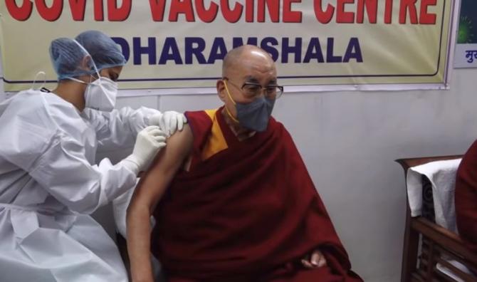 Dalai Lama făcând vaccinul. Foto: Print screen Youtube / Dalai Lama