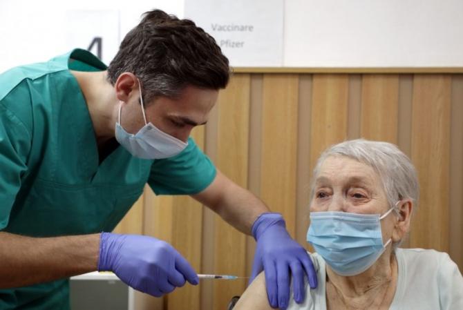 Col dr Valeriu Gheorghiță vaccinând persoana cu numărul 1 milion. Foto: gov.ro