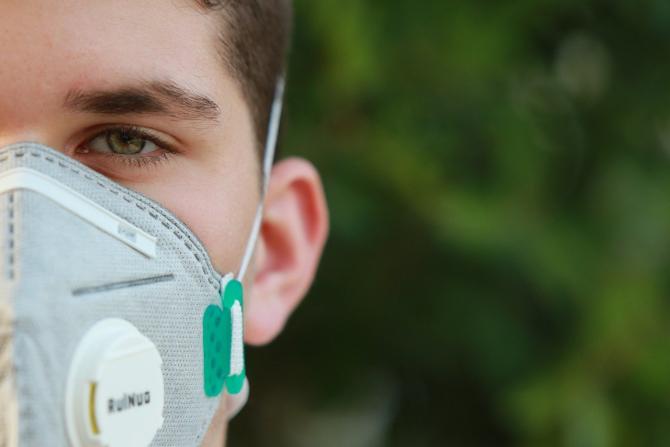 Masca ar putea proteja împotriva alergiilor la polenuri