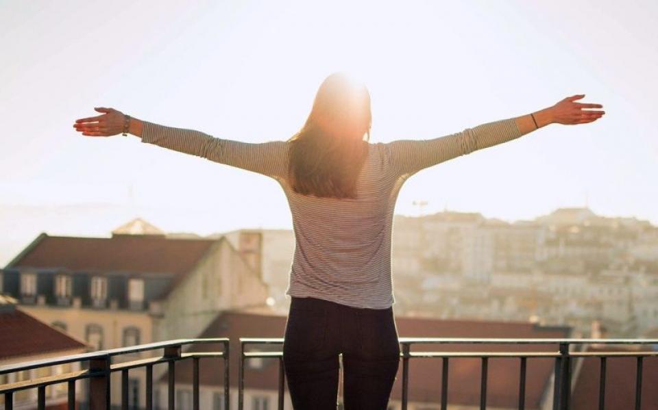 Dimineața, ca să te trezești, ieși la soare pe balcon. Foto: Pixabay