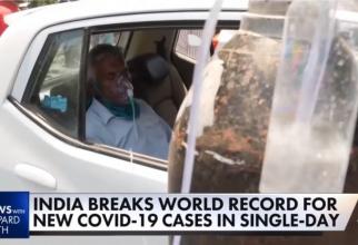India, bolnav COVID primește oxigen în mașină. Foto: print screen CNBC
