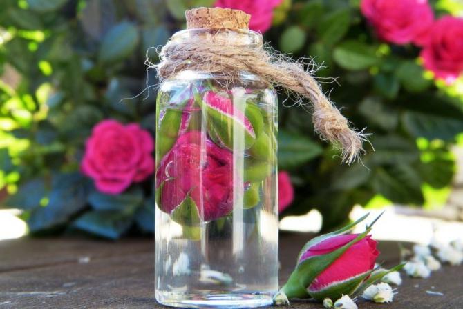 Apă de trandafiri. Foto: Pixabay