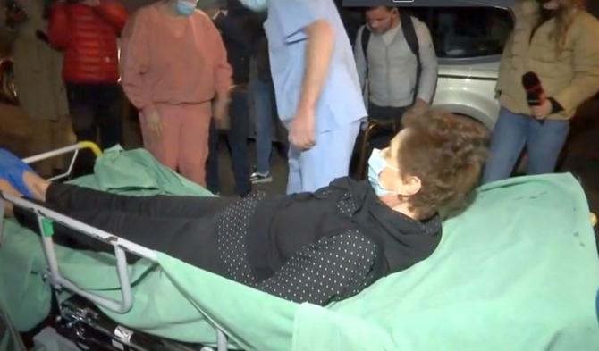 Pacienții au fost scoși chiar și pe targă din spital și trimiși acasă. Foto: Print screen Antena 3