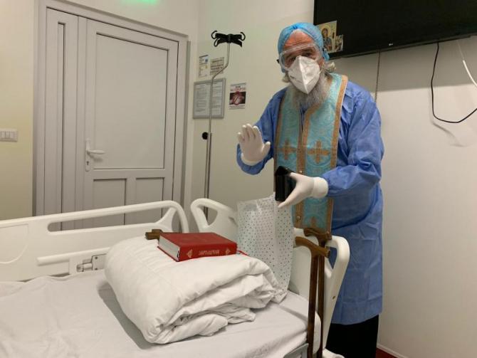 Preotul care vizitează bolnavii la spital Covid   Foto: Antena 3
