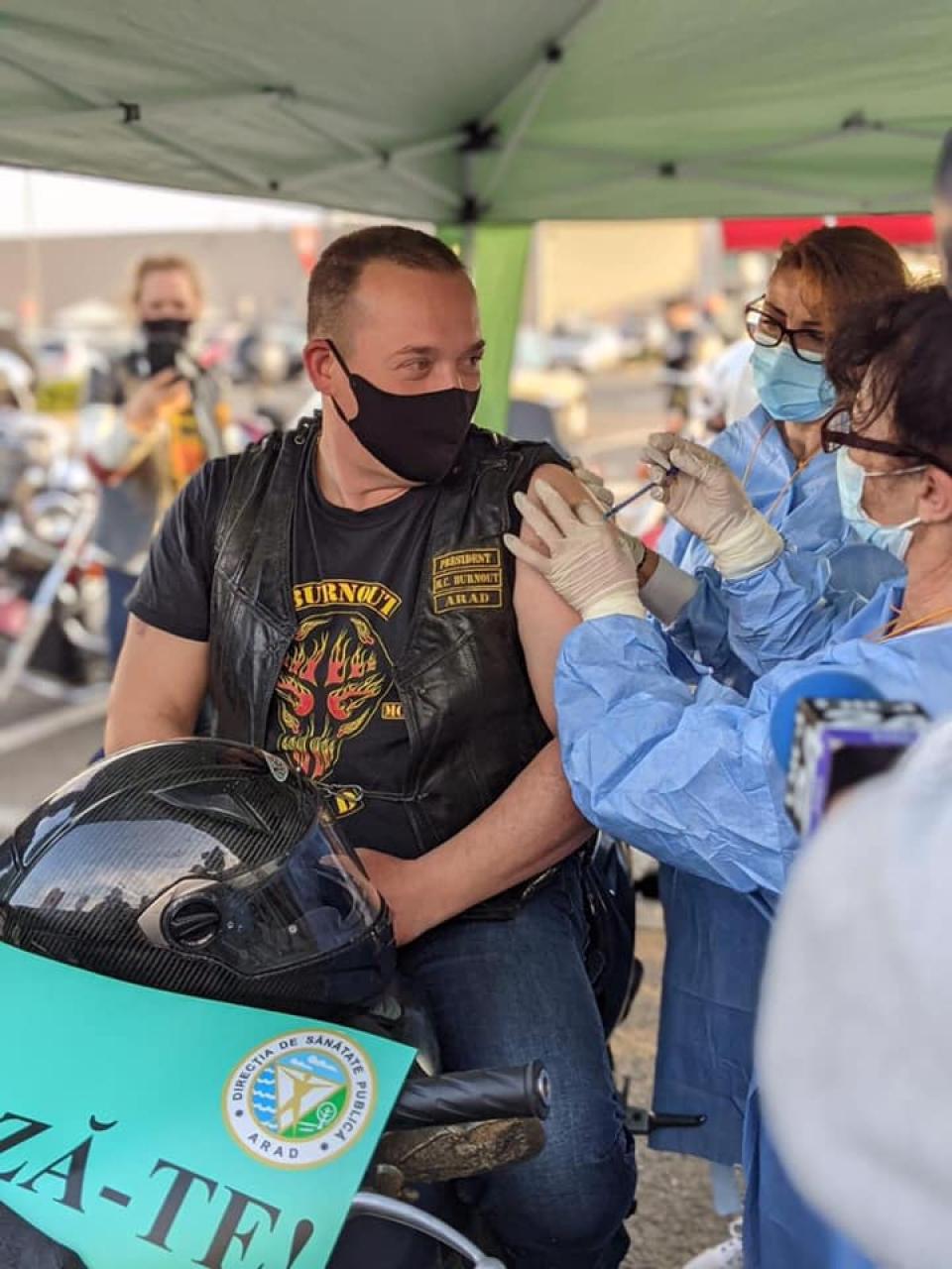 Motociclist din Arad FOTO: Facebook Ro Vaccinare
