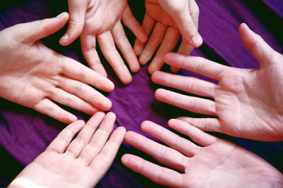 Degetele se pot umfla din mai multge motive. Foto: Sharon McCutcheon / Unsplash