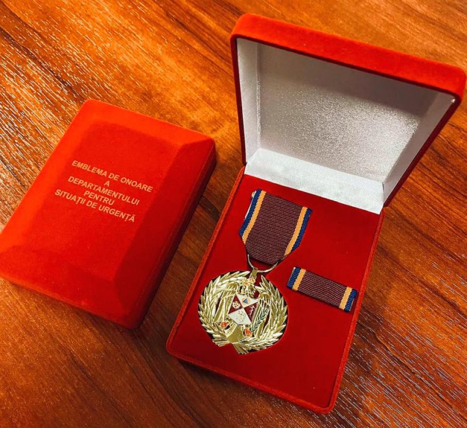 Medalia acordată de Raed Arafat instituțiilor și organizațiilor medicale. Foto: Facebook