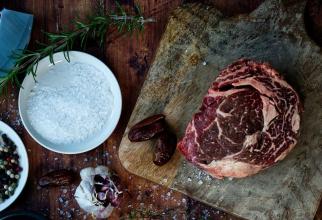Cum frăgezești carnea cu bicarbonat de sodiu. Foto: Unsplash / Katryna