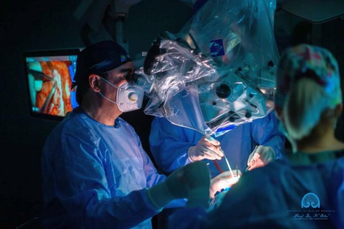 """Neurochirurgii au extirpat o tumoră gravă din creierul unei adolescente de 5 ani.  Foto: Facebook / Spitalul Clinic de Urgență """"Prof. Dr. Nicolae Oblu"""" Iași - Pagina Oficială"""