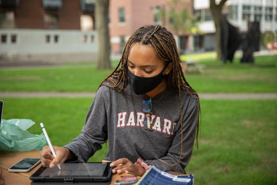 Studentă la Harvard  Photo: Kris Snibbe/Harvard Staff Photographer/Facebook Harvard University