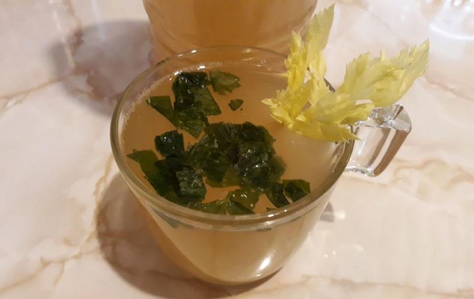 Borșul de casă poate fi pus în sticle, păstrat la frigider, și băut nefiert înainte de fiecare masă. Foto: DC Medical