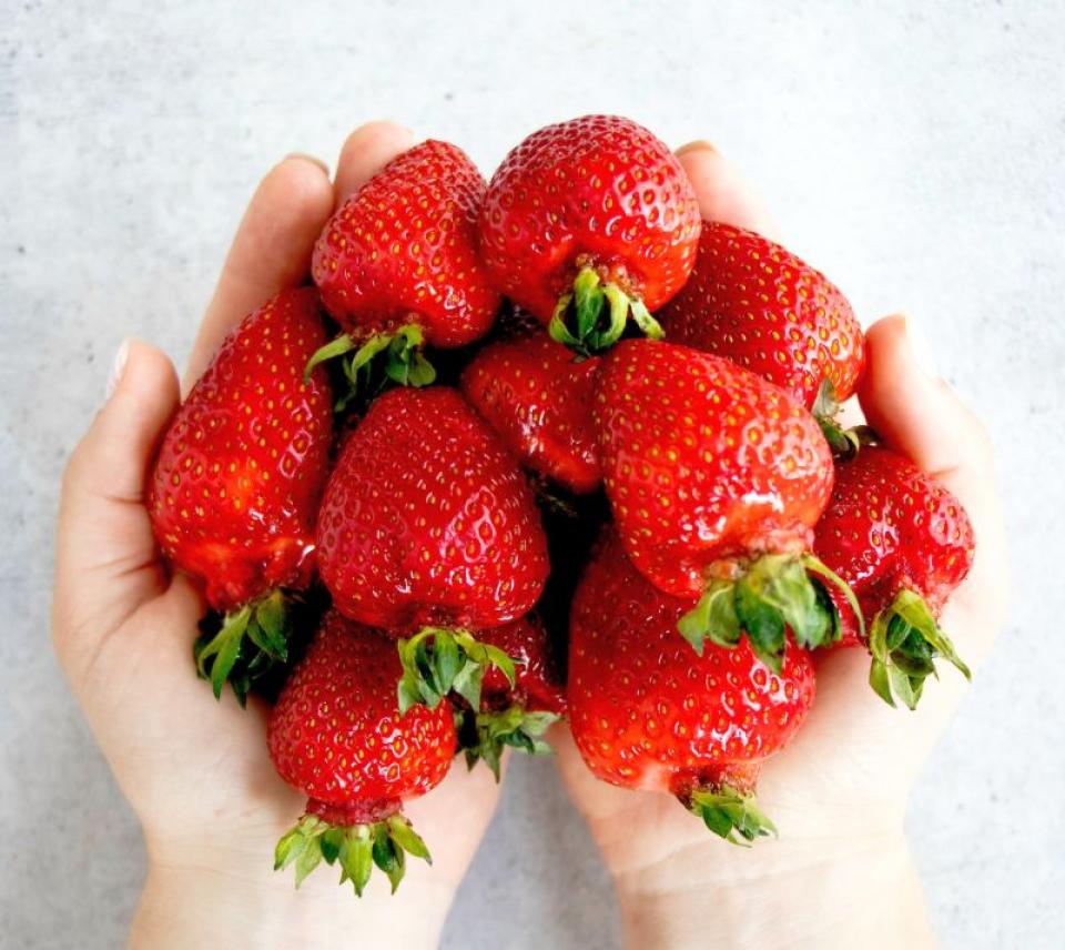 Căpșunile sunt crescute forțat cu pesticide. Foto: Tetiana Bykovets / Unsplash