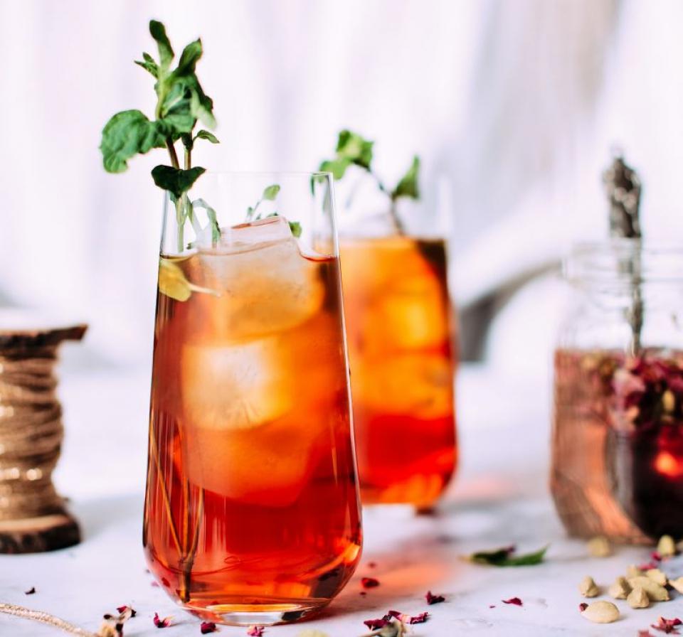 Un ceai cu gheață care să aibă și efect de detoxifiere e perfect pentru vara aceasta. Foto: Jennifer Pallian/ Unsplash