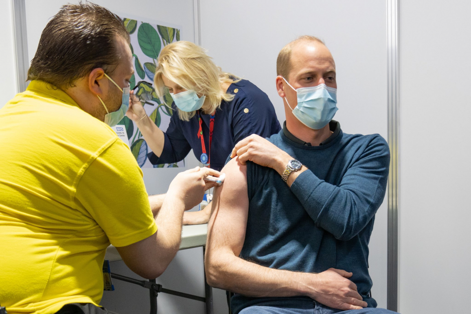 Prințul Willian vaccinându-se  FOTO: Twitter The Duke and Duchess of Cambridge