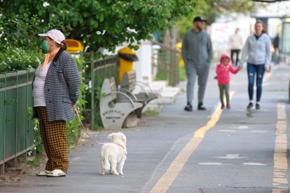 Părinții care așteaptă copii să iasă la poarta școlilor vor trebui să poarte mască. Foto: Pixabay