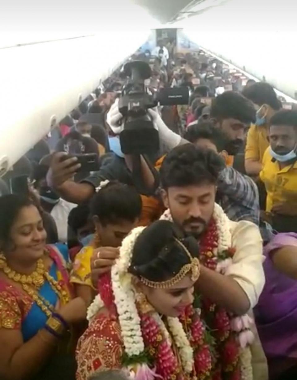 Tinerii și-au organziat nunta în avion, pentru a evita restricțiile impuse de pandemie   Sursa foto: ANI
