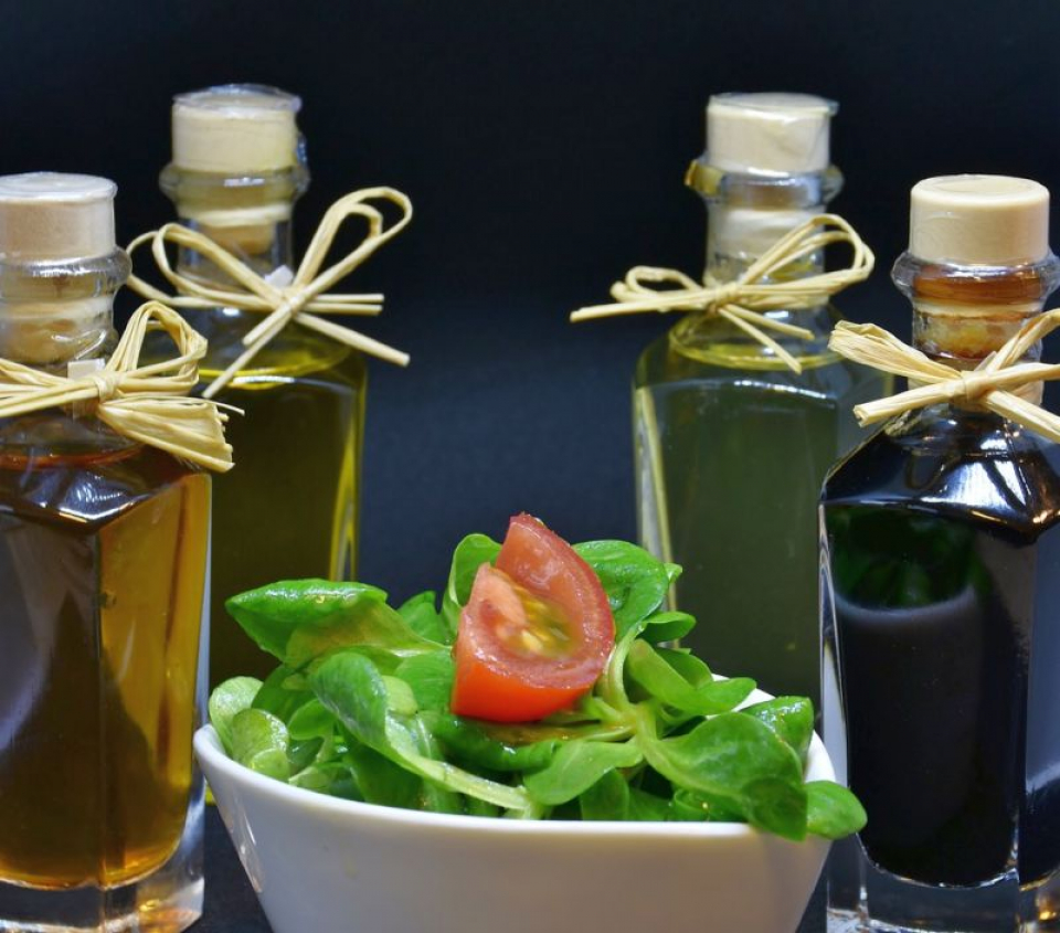 Oțetul celor patru hoți pșoate fi folosit și ca sos de salată. Foto: Pixabay