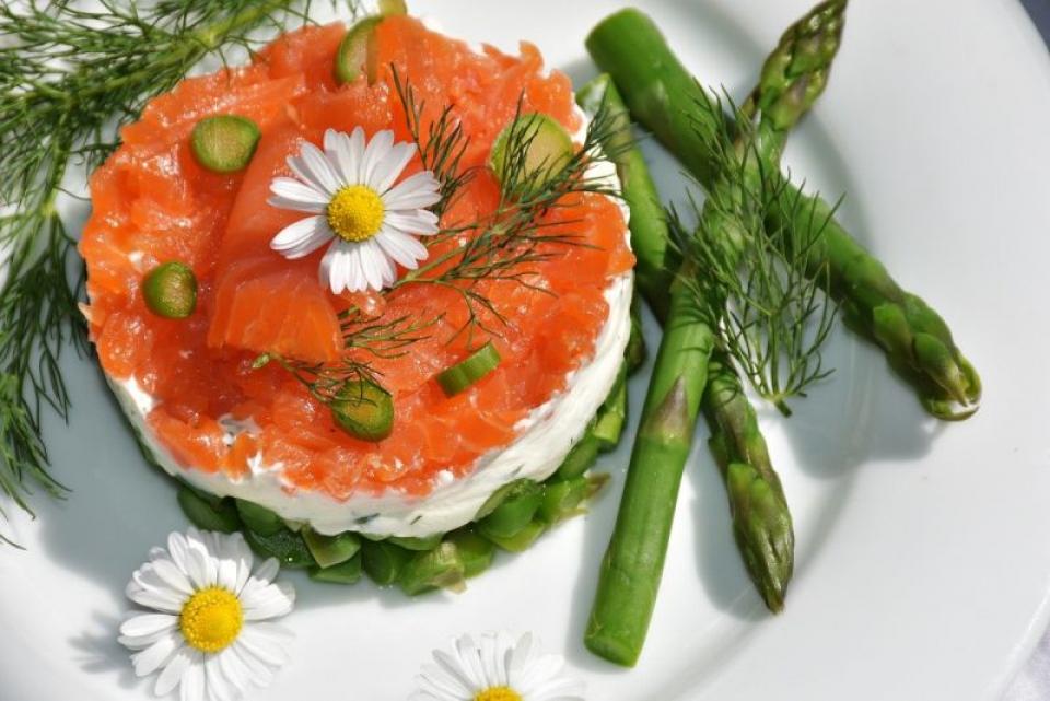 Somonul și brânza fac parte din lista alimentelor grase și sănătoase care te ajută să slăbești. Foto: Pixabay