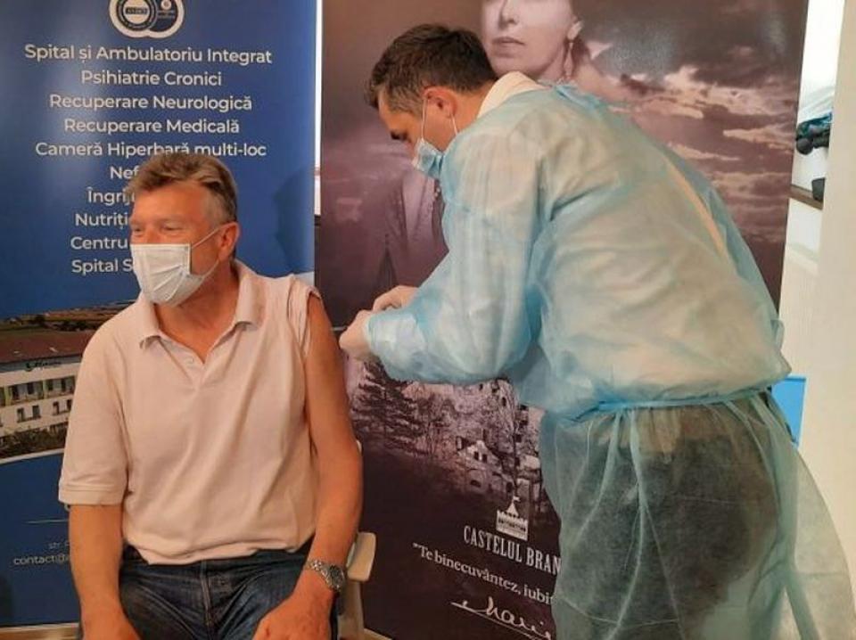 Valeriu Gheorghiță participă la campania de vaccinare de la Castelul Bran. Foto: Ro Vaccinare / Facebook
