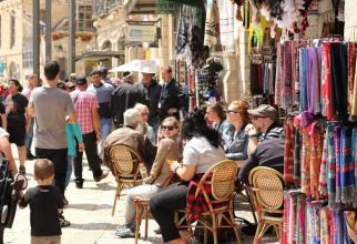 Israelienii au mai scăpat de o restricție: nu mai poartă măști nici în interior.  Foto: Piața din Ierusalim