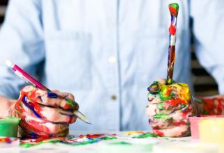 Zodiacul talentaților: unele zodii au aplecare spre pictură. Foto: Alice Dietrich / Unsplash