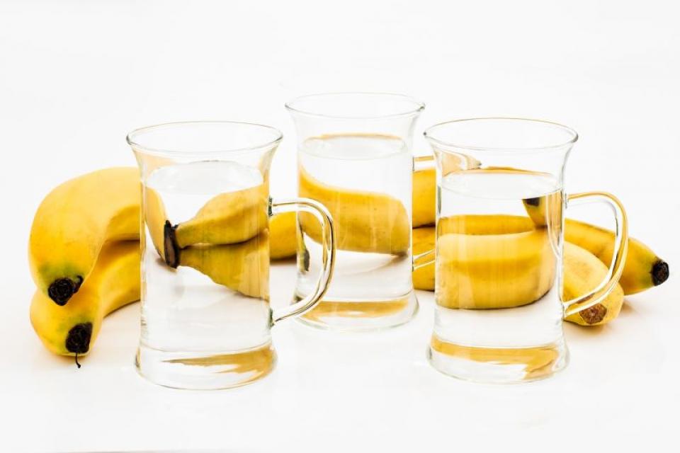 Un pahar de apă caldă și o banană sunt perfecte la micul dejun din mai multe motive. Foto: Pixabay