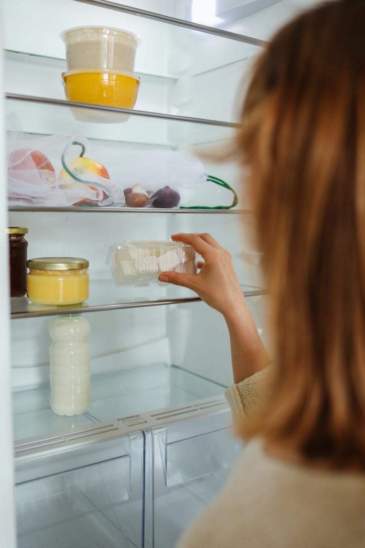 Cum cureți frigiderul