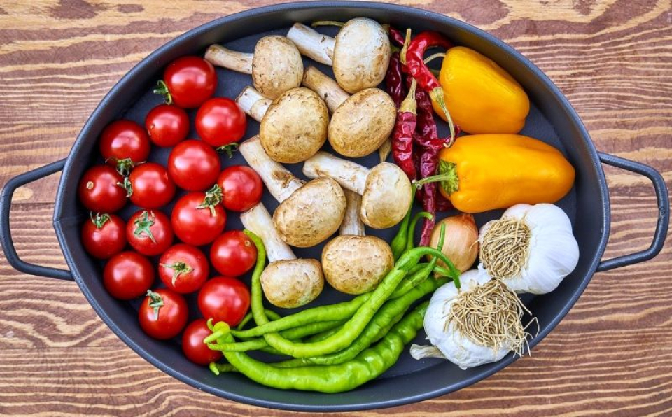 Roșiile, ardeii iuți și usturoiul nu trebuie consumate pe stomacul gol. Foto: Pixabay