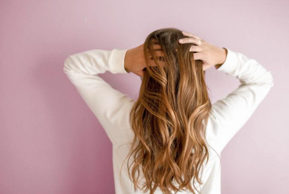 Ce faci când te mănâncă scalpul. Foto: Element5 Digital on Unsplash