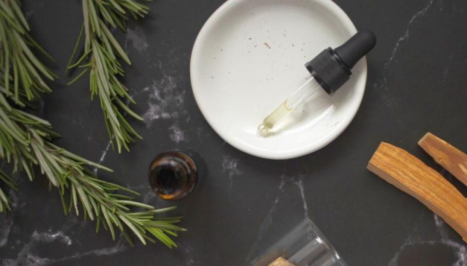 Uleiul de rozmarin are numeroase beneficii pentru sănătate. Foto: Pexels
