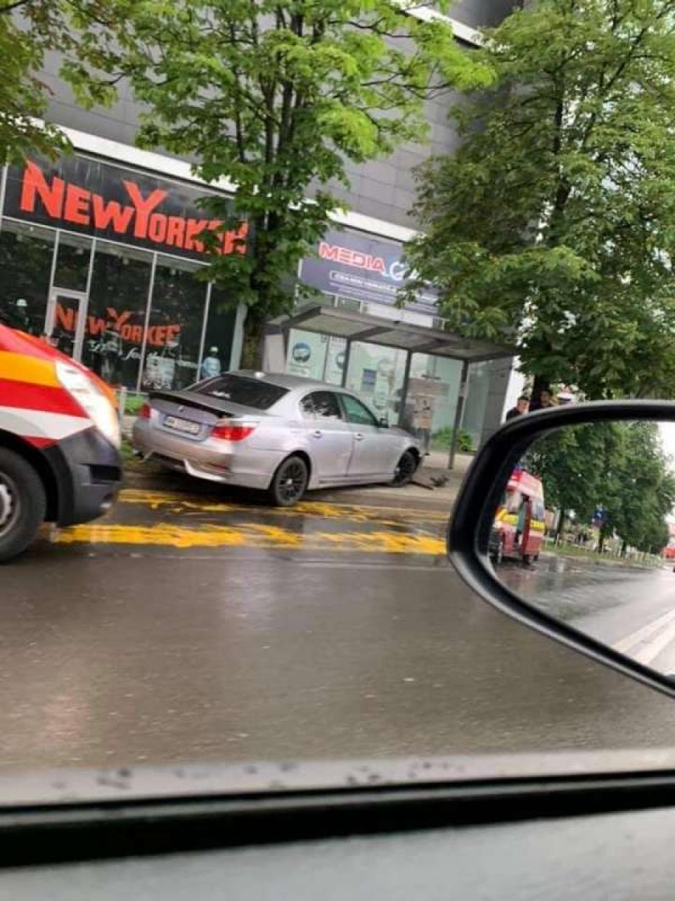 Tinerii au fost spulberați în stația de autobuz   Foto: directmm.ro