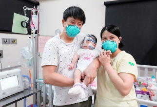 Mama și tată celui mai mic bebeluș din lume, fericiți că-și pot duce fiica acasă. Foto: NUH