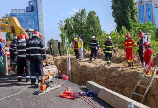 Pompierii se luptă să-i scoată pe bărbați de sub pământul prăbușit peste ei. Foto: ISU București - Ilfov