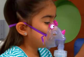Nebulizator copii.  Foto: print screen video Ann & Robert H. Lurie Children's Hospital of Chicago