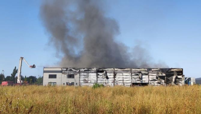 Incendiul a izbucnit la o hală din Mogoșoaia în care sunt depozitate componente pentru mentenanță avioane. Foto: ISUBIF