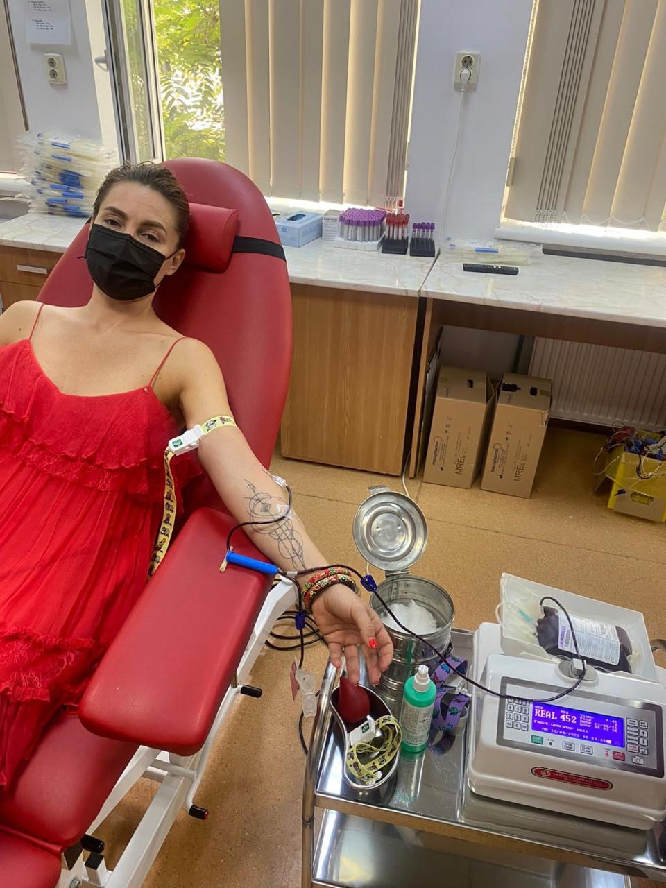 Cori Grămescu donând sânge  FOTO: Facebook  Cori Grămescu