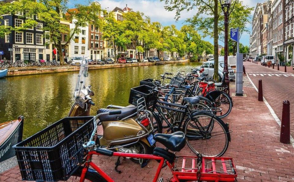 În Amsterdam e greu să găsești loc de parcare pentru biciclete. Foto: PIxabay