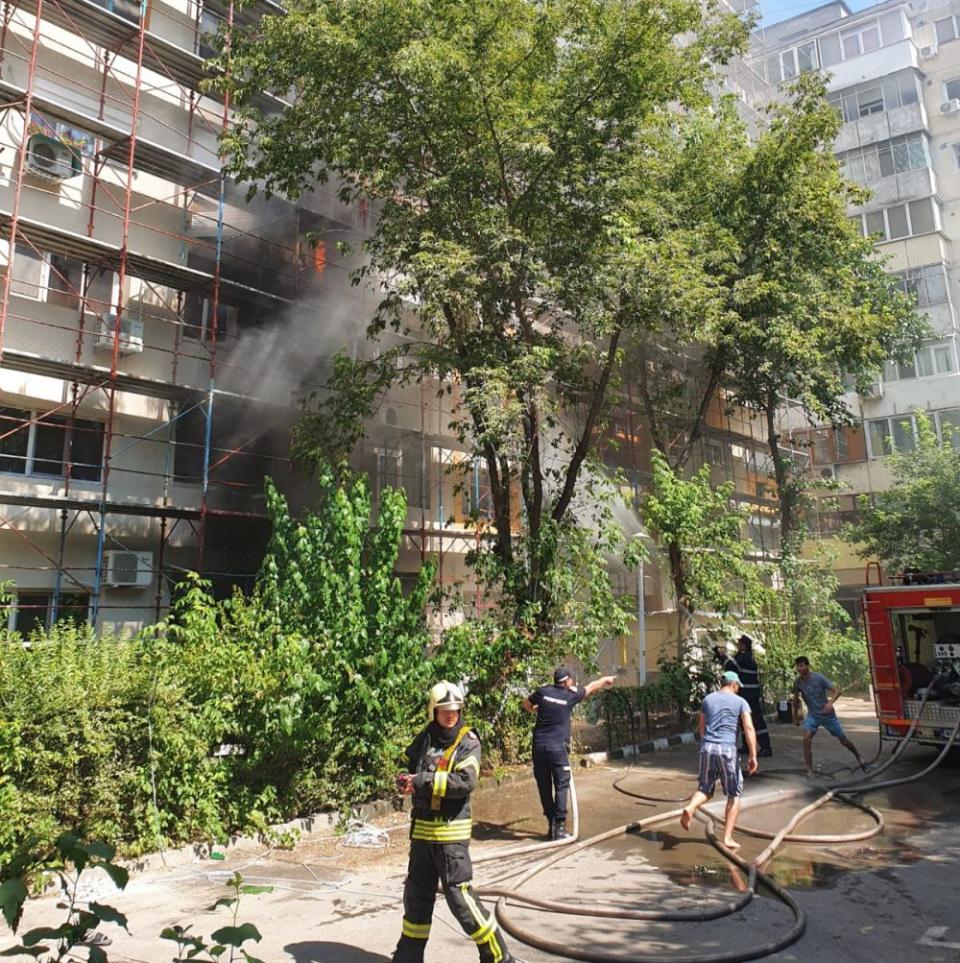 Incendiul a afectat două laturi ale blocului. Foto: ISUBIF