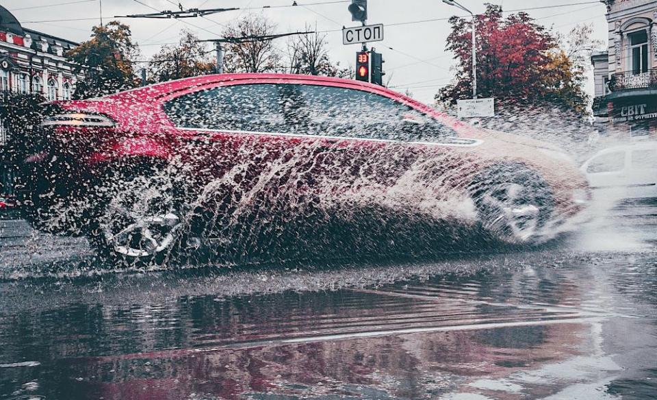 Cujm îți protejezi mașina de grindina. Foto: Kyrylo Kholopkin / Unsplash