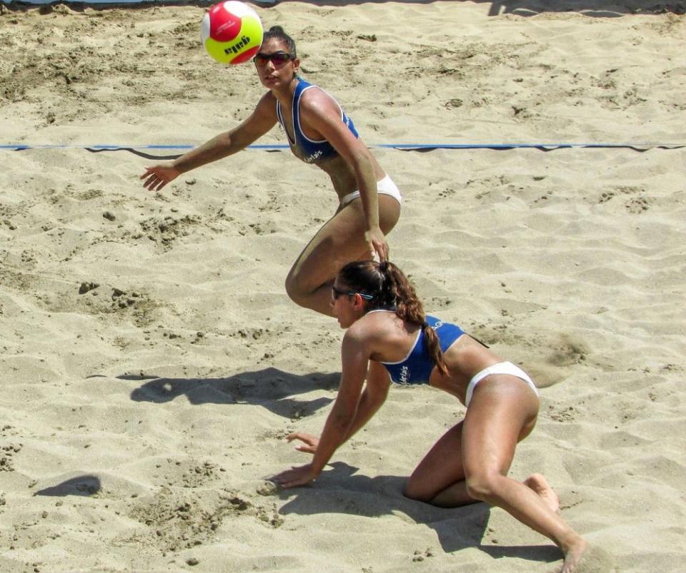 Un pass greșit la o partidă de volei pe plajă e suficient ca să te trezești cu dureri articulare. Foto: Pixabay